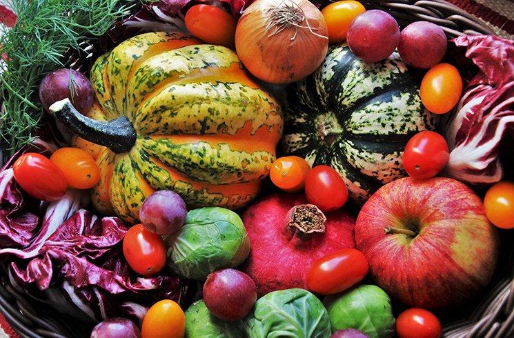 Un panierde légumes acheté auprès d'un cultivateur local.